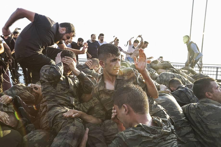 Soldados turcos rendidos são agredidos por civis contra tentativa de golpe militar