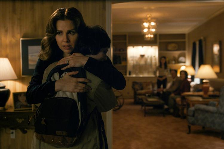 Cara Buono vive Karen Wheeler na série 'Stranger Things'