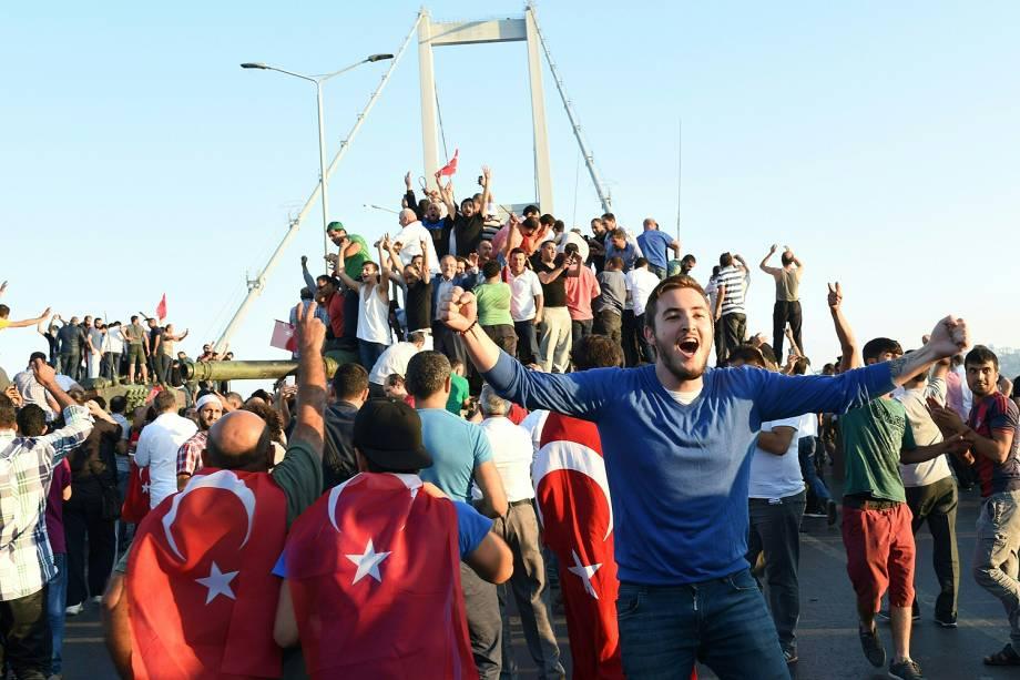 População turca comemora na ponte do Bósforo prisão de militares após tentativa de golpe - 16/07/2016