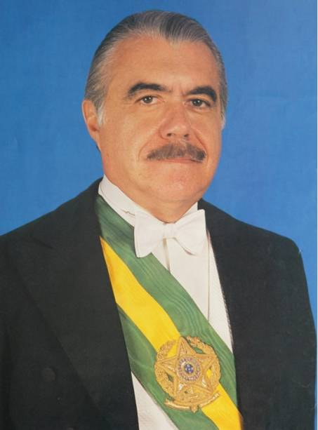 O  ex-presidente José Sarney posa com a faixa presidencial para o retrato oficial.
