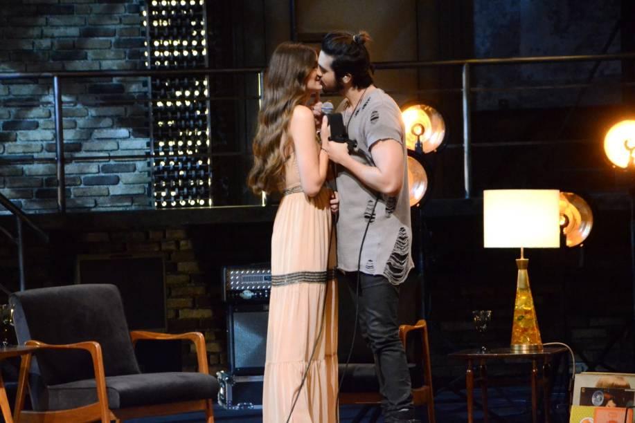 Luan Santana beija Camila Queiroz em gravação de DVD em Paulínia