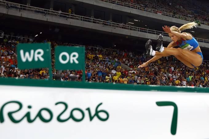 Darya Klishina, da Rússica, durante a final do salto em distância, nas Olimpíadas Rio 2016