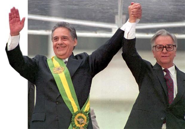 Fernando Henrique Cardoso toma posse com a tradicional faixa presidencial