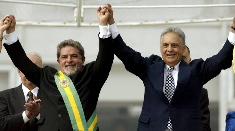 Em 2003, depois de receber a faixa presidencial de Fernando Henrique, Lula solicitou a confecção de uma nova faixa presidencial