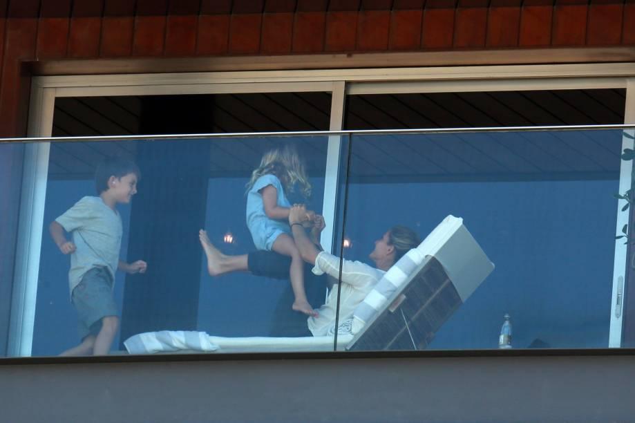 Gisele Bündchen é vista brincando com os filhos na sacada do hotel Fasano, em São Paulo