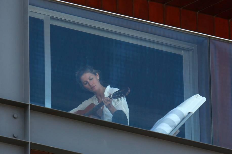 Gisele Bündchen é fotografada tocando violão na sacada do hotel Fasano em São Paulo