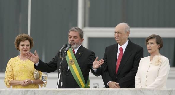 Na posse de seu segundo mandato, Lula ainda usou a faixa presidencial antiga