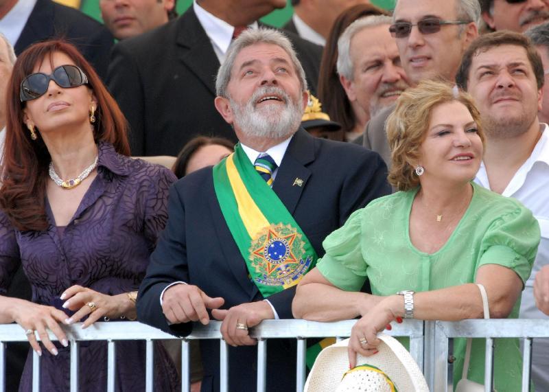 Lula usa a nova faixa presidencial no desfile de 7 de setembro de 2008. A faixa viria a ser extraviada no Palácio do Planalto anos depois