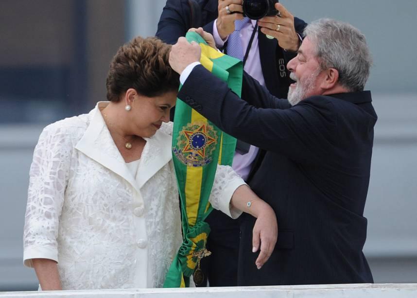 Na posse, em 2011, Dilma Rousseff recebe a nova faixa presidencial das mãos de Lula