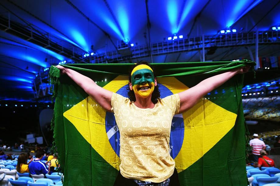 Torcedora exibida durante a cerimônia de abertura dos Jogos Olímpicos Rio 2016, no Maracanã