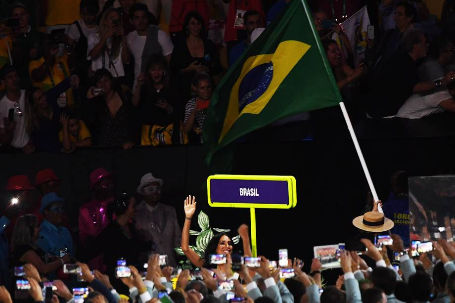Delegação brasileira entra com muita vibração durante a cerimônia de abertura dos Jogos Olímpicos Rio 2016