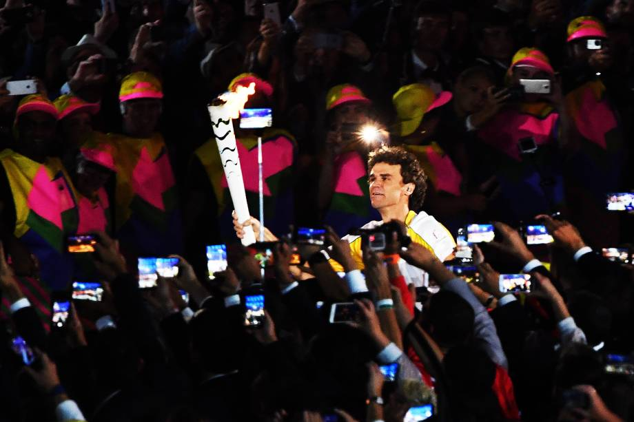 Gustavo Kuerten, o Guga, carrega a tocha com a chama olímpica durante a abertura dos Jogos Olímpicos Rio 2016, no estádio do Maracanã