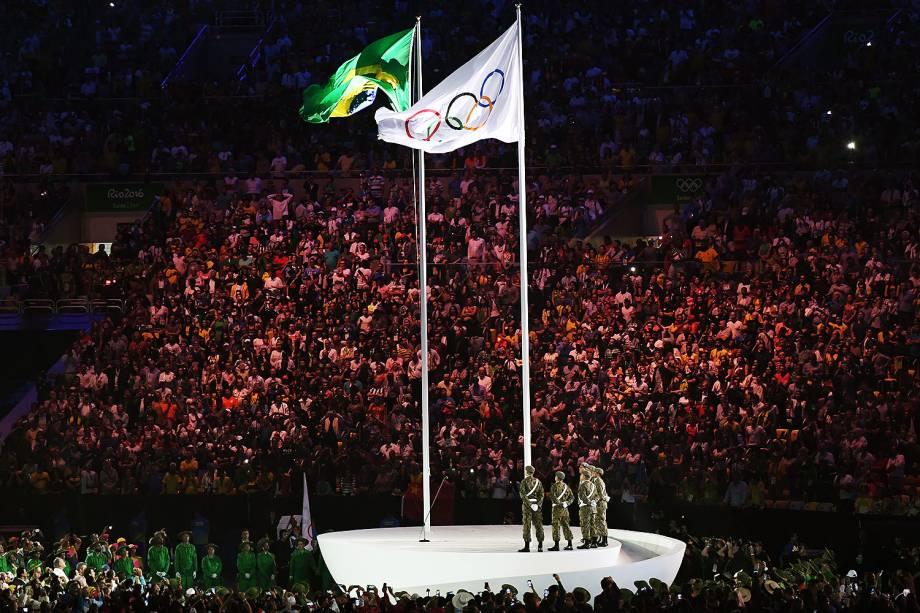 Bandeira olímpica é hasteada durante a cerimônia de abertura dos Jogos Olímpicos Rio 2016, no estádio do Maracanã