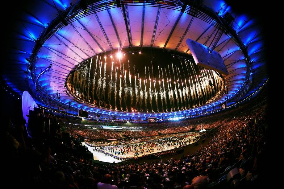 Fogos de artifício explodem durante a cerimônia de abertura dos Jogos Olímpicos Rio 2016, no estádio do Maracanã