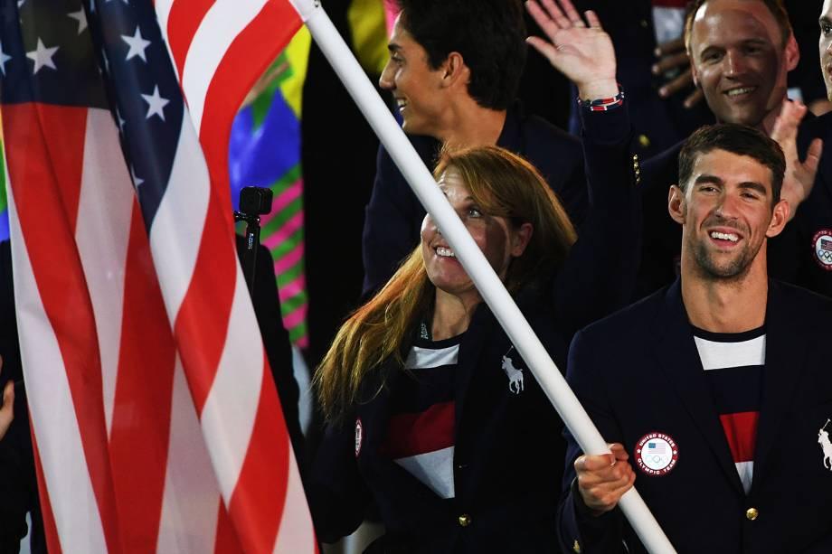 O nadador Michael Phelps segura a bandeira dos Estados Unidos durante cerimônia de abertura dos Jogos Olímpicos Rio 2016