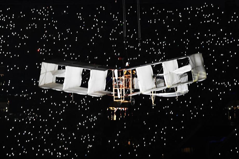 Uma réplica do avião 14 Bis é visto durante a cerimônia de abertura dos Jogos Olímpicos Rio 2016, no estádio do Maracanã
