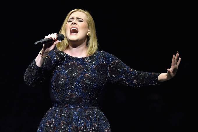 Adele se apresenta durante tour na América do Norte