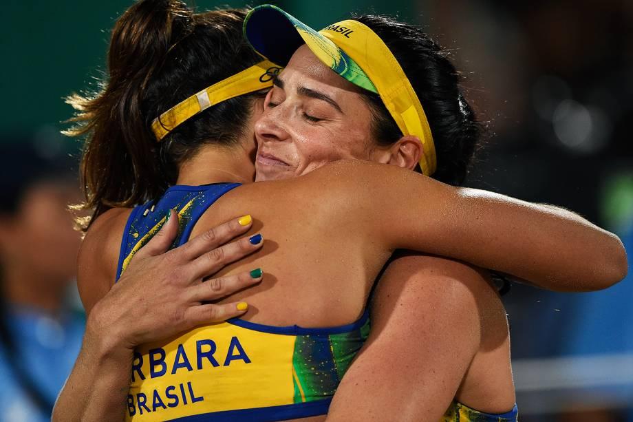 As brasileiras Ágatha e Bárbara se abraçam após perderem a final do vôlei para a Alemanha