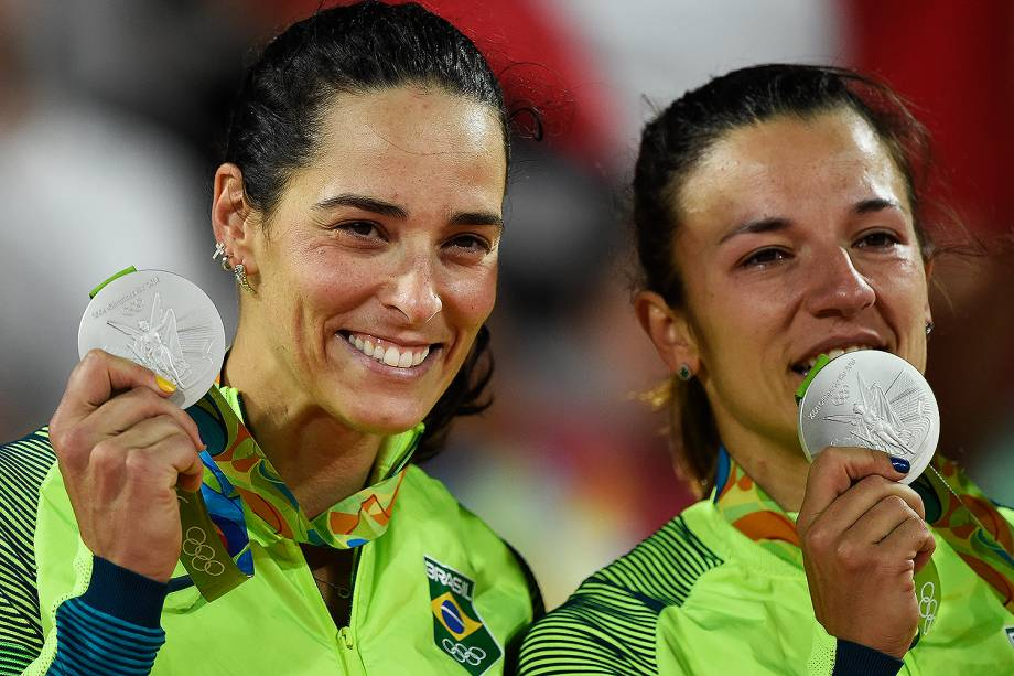 Ágatha e Bárbara ficam com a medalha de prata após perderem para a Alemanha na final do vôlei de praia