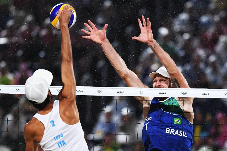 Alison e Bruno Schmidt durante a final contra a Itália, nos Jogos Olímpicos Rio 2016