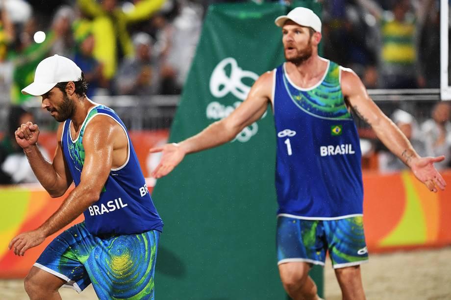 Alison e Bruno comemoram ponto sobre a Itália na final do vôlei de praia, nos Jogos Olímpicos Rio 2016