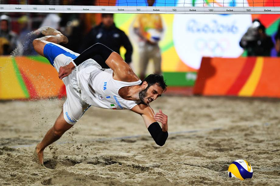 Paolo Nicolai, da Itália, tenta alcançar a bola na final do vôlei de praia contra o Brasil