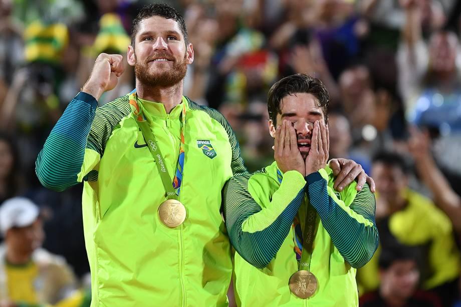 Alison e Bruno conquistam a medalha de ouro após vencer a Itália na final do vôlei de praia, nos Jogos Olímpicos do Rio