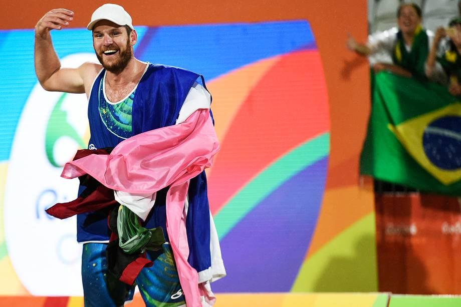 Alison comemora ponto sobre a Itália na final do vôlei de praia, nos Jogos Olímpicos Rio 2016