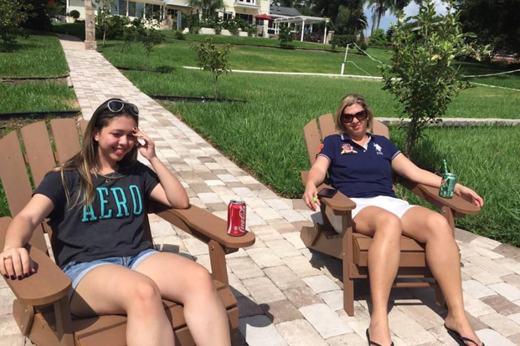 Anna Radeck, jovem que foi presa pela imigração nos Estados Unidos e sua mãe, Liliane Carvalho