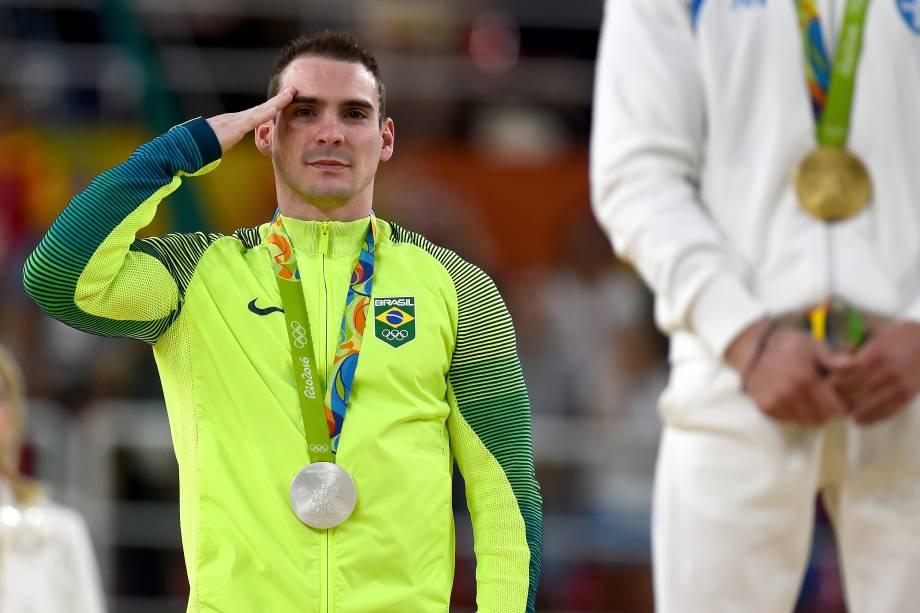 O brasileiro Arthur Zanetti bate continência no pódio após conquistar a medalha de prata na disputa das argolas - 14/08/2016