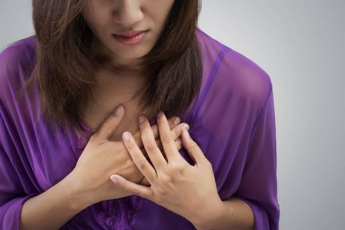 Mulher tendo um ataque cardíaco
