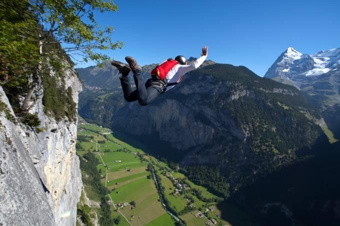 Base jumping nos alpes suíços