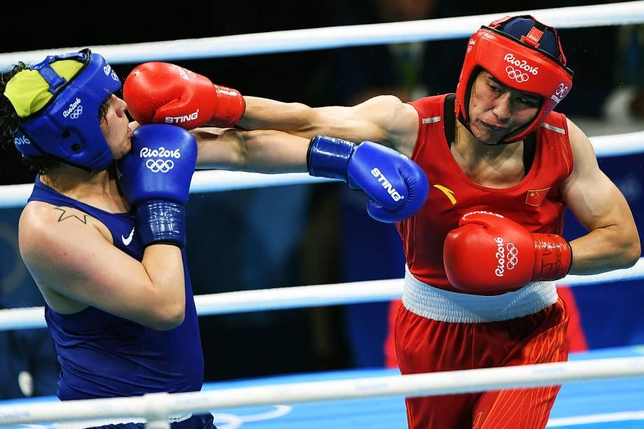 A brasileira Andreia Bandeira durante luta com a chinesa Qian Li nas quartas de final do boxe feminino