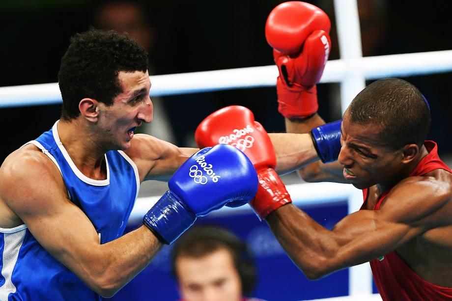 O brasileiro Robson Conceição enfrenta o francês Sofiane Oumiha, na final do boxe categoria peso-ligeiro, nos Jogos Olímpicos Rio 2016