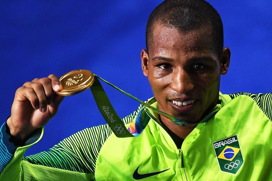 O pugilista Robson Conceição vence o francês Sofiane Oumiha e conquista ouro inédito para boxe brasileiro