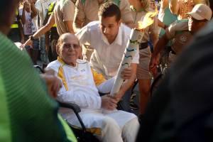 O cirurgião plástico Ivo Pitanguy carrega a Tocha Olímpica, no Rio, em sua última aparição pública, um dia antes de morrer
