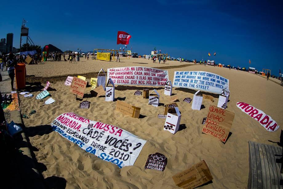 Manifestantes protestam contra as Olímpiadas Rio 2016, na praia de Copacabana