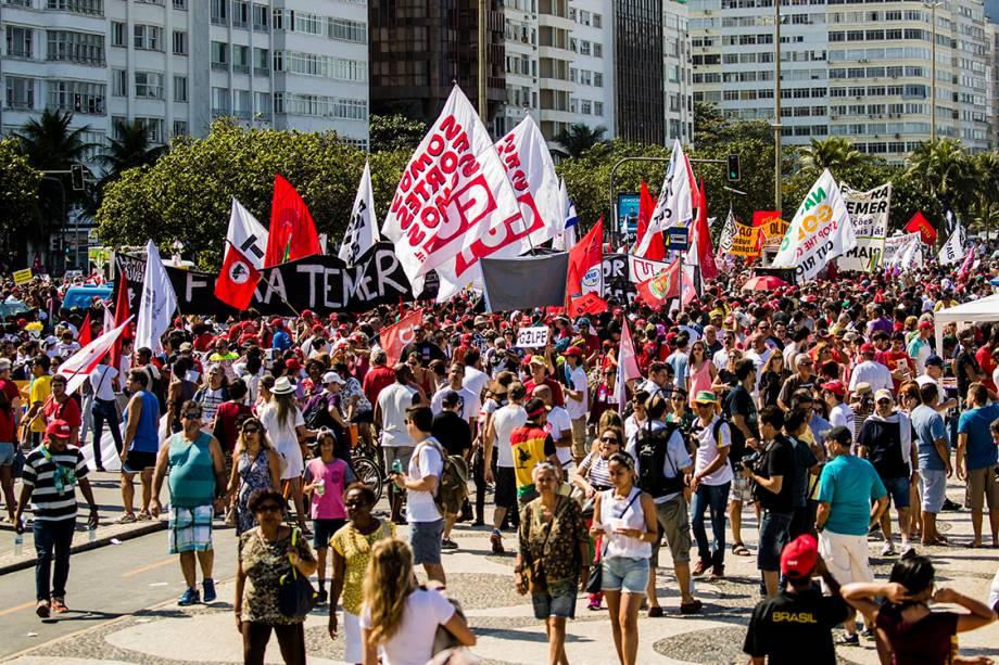 Manifestantes protestam contra o presidente interino, Michel Temer, em frente ao Hotel Copacabana Palace, no Rio