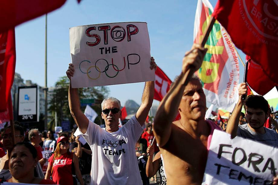 Manifestante à favor da presidente afastada, Dilma Rousseff, protestam em Copacabana, no RIo