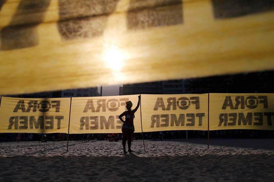"""Manifestantes pedem """"Fora Temer"""" durante protesto em Copacabana, no Rio"""