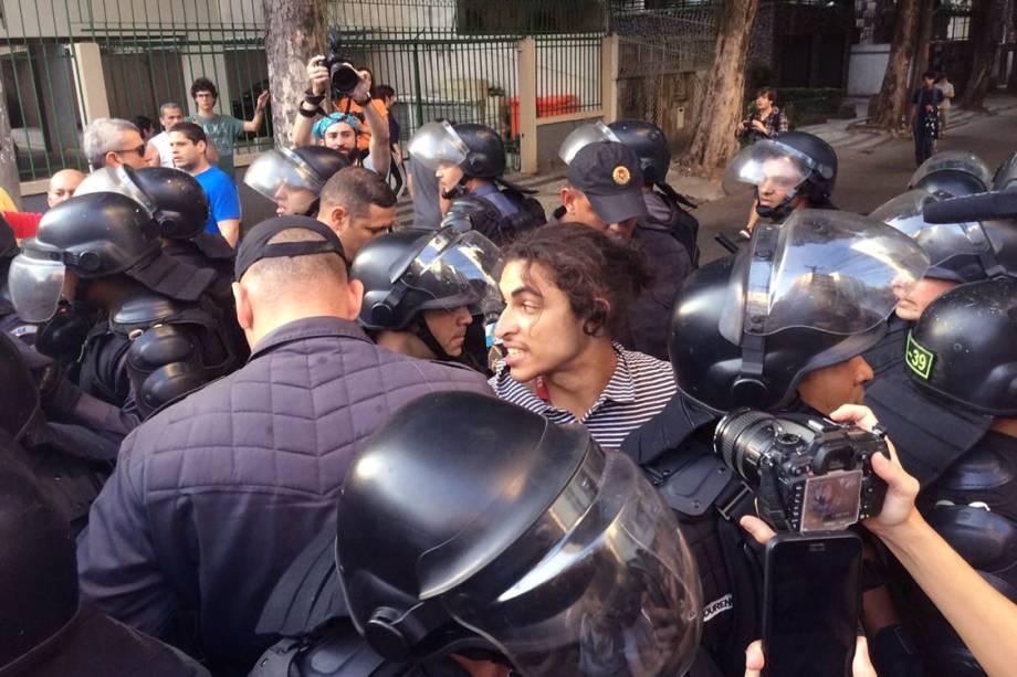 Homem é preso durante protesto nos arredores do Maracanã, no Rio