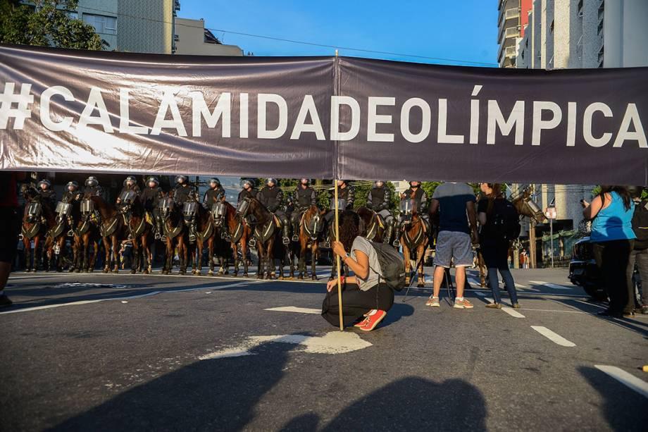 Manifestantes contrários às Olimpíadas Rio 2016 protestam próximo ao estádio do Maracanã, no Rio