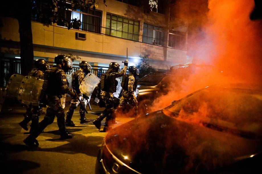Policias avançam sobre manifestantes que protestam contra as Olimpíadas Rio 2016, próximo ao estádio do Maracanã