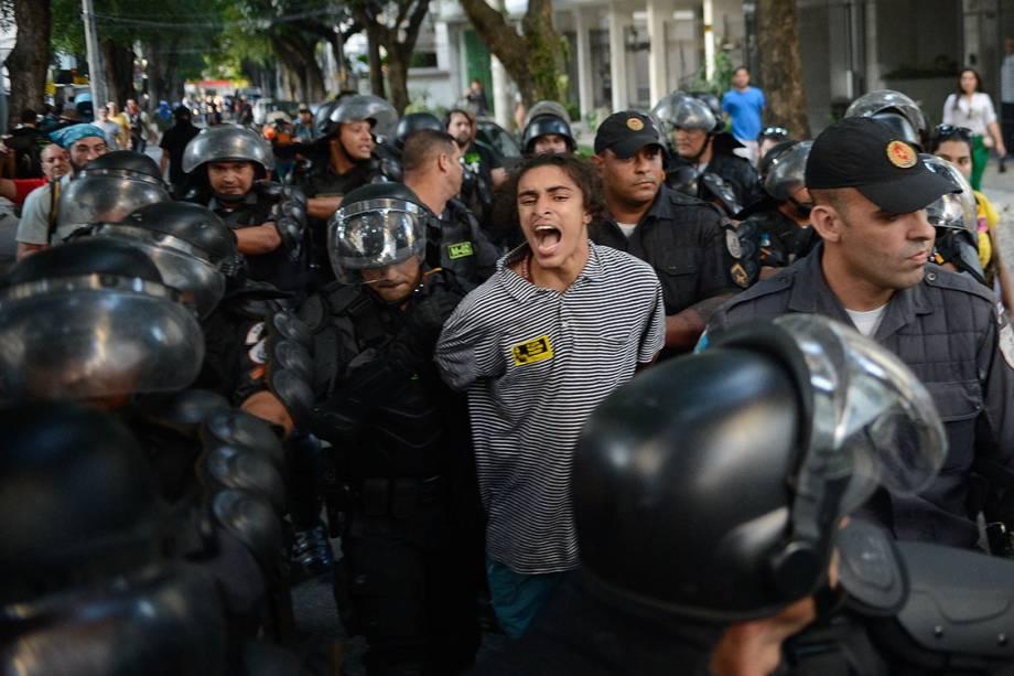 Manifestante é preso por policiais militares durante protesto contra as Olimpíadas Rio 2016