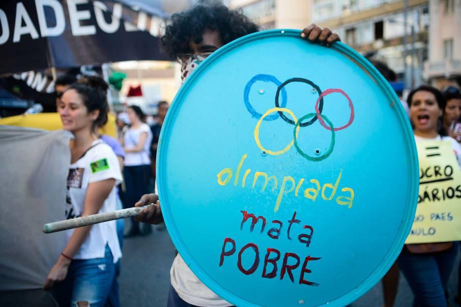Manifestantes contrários às Olimpíadas Rio 2016 protestam próximo ao estádio do Maracanã, no Riotes contrários às Olimpíadas Rio 2016 protestam próximo ao estádio do Maracanã, palco da abertura do evento (Tomaz Silva/Agência Brasil)