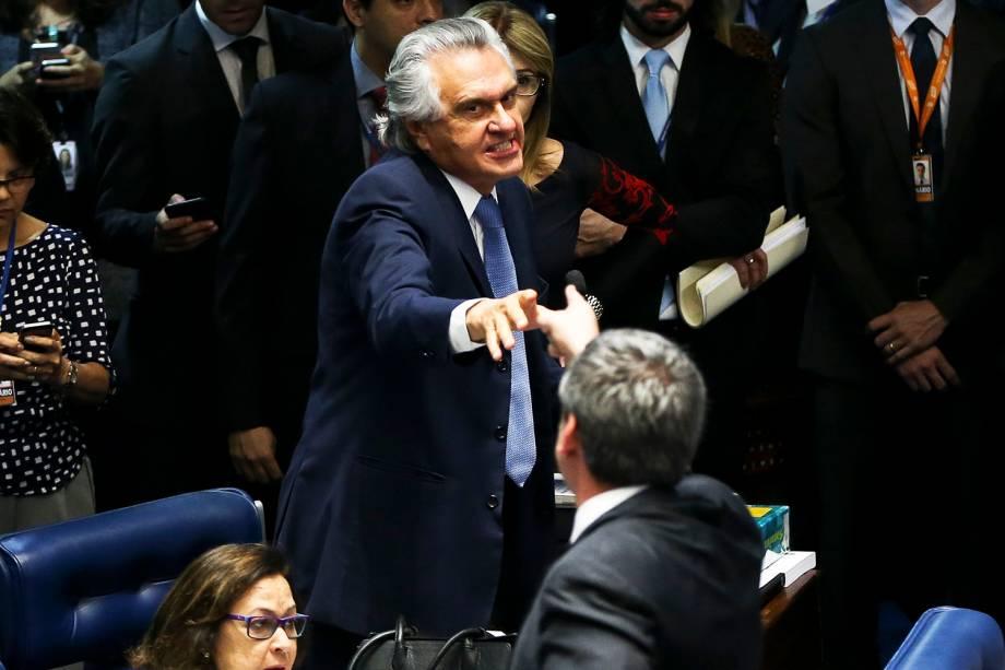 Os senadores Ronaldo Caiado e Lindbergh Farias discutem durante o primeiro dia da sessão de julgamento do impeachment da presidente afastada Dilma Rousseff - 25/08/2016