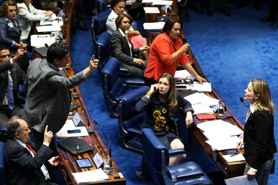 Senadores discutem durante o primeiro dia da sessão de julgamento do impeachment da presidenta afastada Dilma Rousseff - 25/08/2016