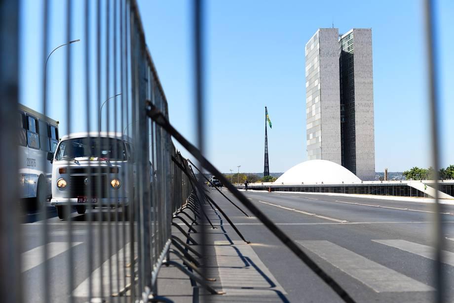 Muro montado em frente a Esplanada dos Ministérios, que separará os grupos pró e contra o impeachment da presidente da República afastada Dilma Rousseff - 25/08/2016