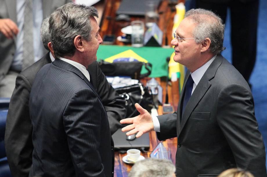 O presidente do Senado Federal, Renan Calheiros, cumprimenta o senador e ex-presidente Fernando Collor (PTC-AL),  durante sessão final de julgamento do processo de impeachment da presidente da República afastada Dilma Rousseff , por crime de responsabilidade  - 31/08/2016