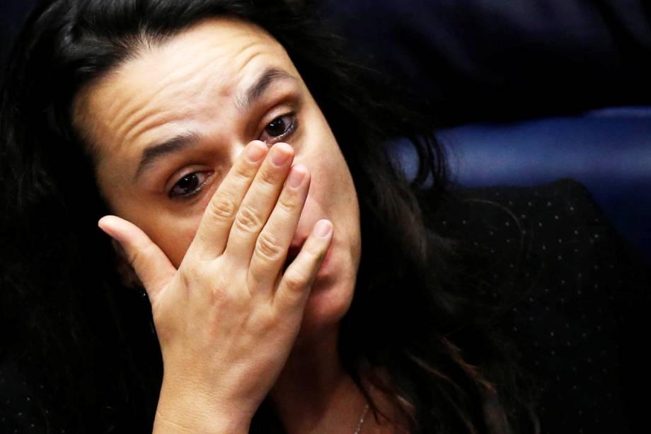A jurista Janaína Paschoal chora após o resultado do julgamento do processo de impeachment de Dilma Rousseff, que culminou no afastamento definitivo da petista da presidência da República - 31/08/2016